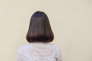 el pelo oscuro