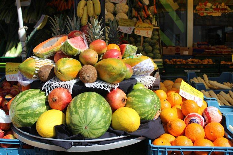 variedad de frutas con melón y papaya