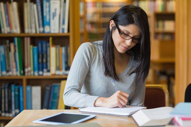 latina estudiando en la biblioteca