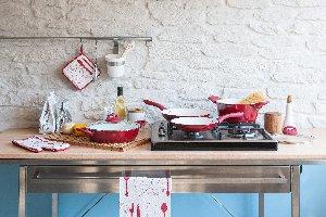 Platos, cubertería y batería de cocina